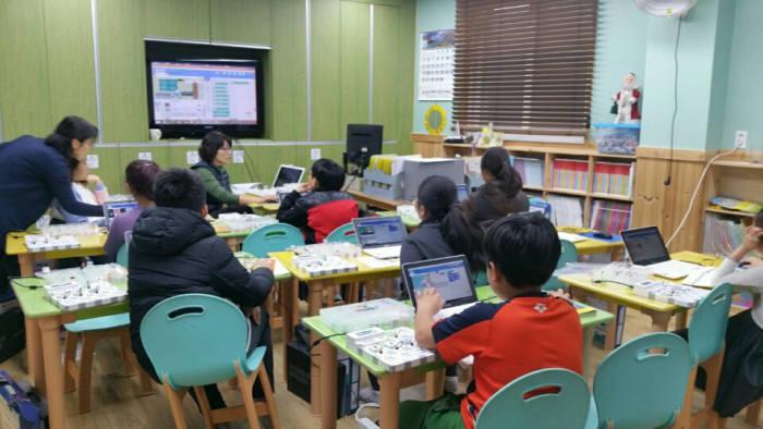 전동지역아동센터 학생들이 '찾아가는 SW놀이터' 프로그램으로 SW교육을 받고 있다.
