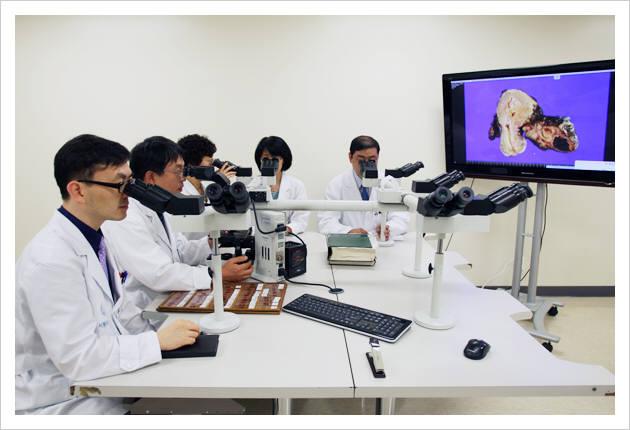 서울아산병원 의료진이 유전체 정보 기반 치료법을 연구 중이다.