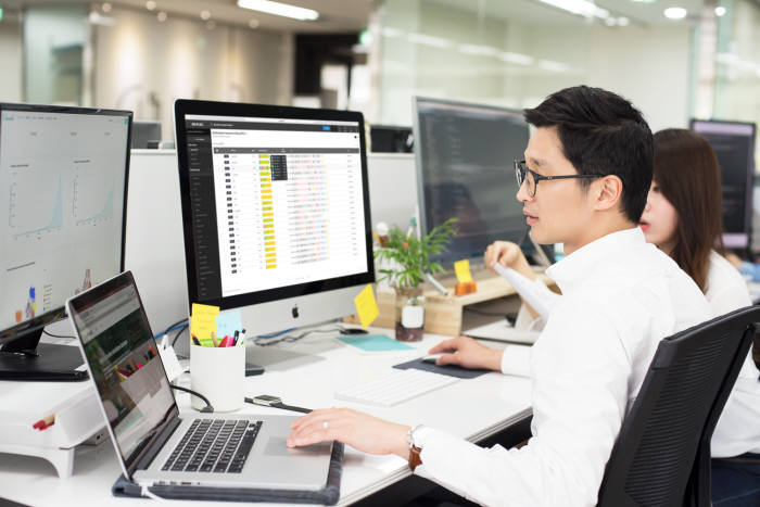 천랩 관계자가 바이오플러그 플랫폼을 이용해 데이터를 분석하고 있다.
