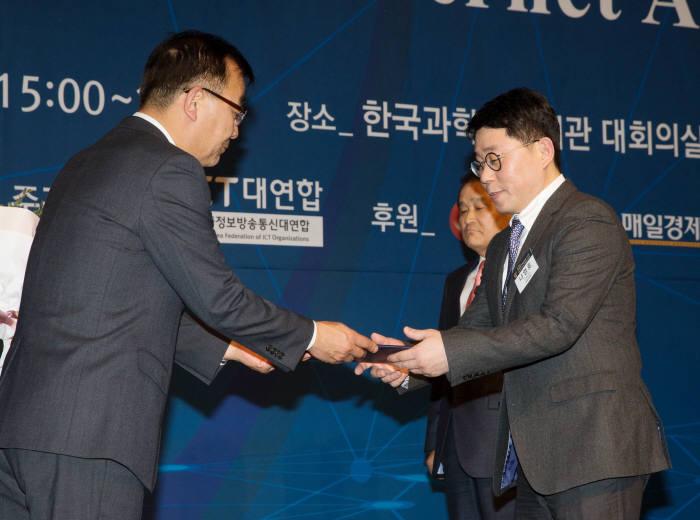 나영호 이베이코리아 전략영업본부장(오른쪽)이 대한민국 인터넷대상 국무총리상을 받았다.