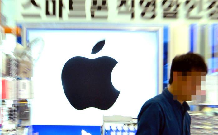 애플코리아(이하 애플)가 이동통신사에 '아이폰 개통'에 필요한 최소한 업무만 하고, 전국 대리점에서 맡고 있는 기본 업무는 하지 않겠다고 일방 통보했다. 윤성혁기자 shyoon@etnews.com