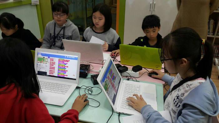 월드비전지역아동센터 학생들이 SW교육을 받고 있다.