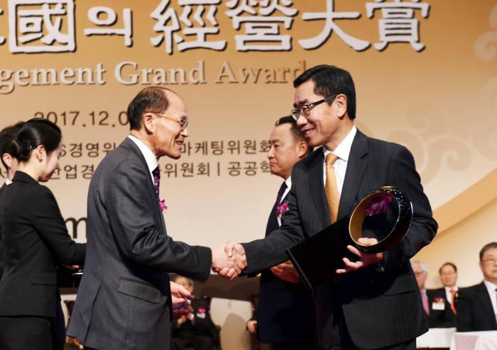 에쓰오일이 '2017년 한국의 경영대상' 시상식에서 브랜드 경영 부문 종합대상을 수상했다. 박봉수 운영총괄 사장(오른쪽)이 수상후 시상자와 악수했다. [자료:에쓰오일]