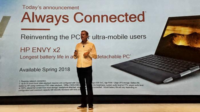 케빈 프로스트 HP 소비자 시스템 담당 부사장이 퀄컴 스냅드래곤 835와 윈도10 OS가 탑재된 노트북 엔비 x2를 소개했다. 이 제품은 내년 봄 출시될 예정이다.