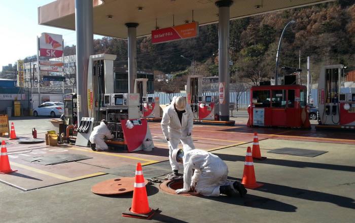 SK에너지 직원들이 포항 시내 SK주유소를 대상으로 주입·주유배관, 통기관 등 배관 누출 검사를 진행했다. [자료:SK이노베이션]