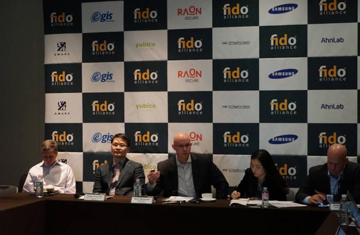 홍동표 한국워킹그룹 부회장(왼쪽 두번째)와 브렛 맥도웰 FIDO얼라이언스 이사장이 한국워킹그룹 의미를 설명했다.
