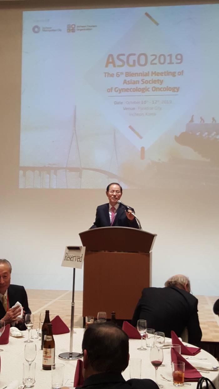 2일 일본 도쿄 오테마치·산케이·프라자에서 열린 제5차 아시아부인종양학회 학술대회에서 회장에 선임된 유희석 아주대 총장 직무대행 겸 의료원장이 취임사를 하고 있다.