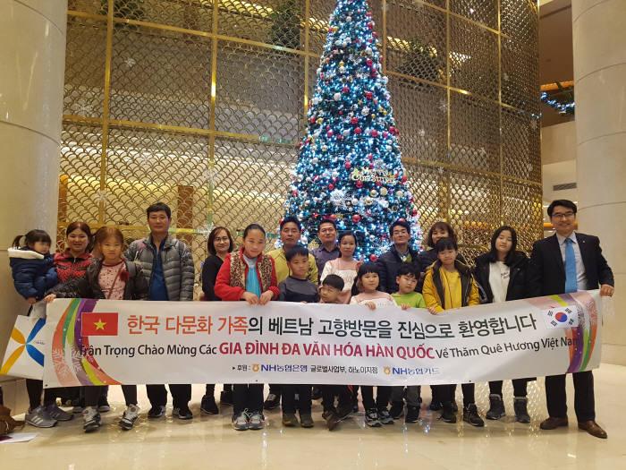 지난 5일 베트남 하노이 노이바이국제공항에서 이우식 농협은행 하노이지점장(오른쪽)이 다문화가정을 환영하고 있다.