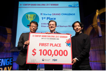 'K-Startup 그랜드 챌린지' 데모데이 시상식에서 얀 시니트커 이즈잇프레쉬 대표(가운데)가 대상인 중기부 장관상을 수상했다.