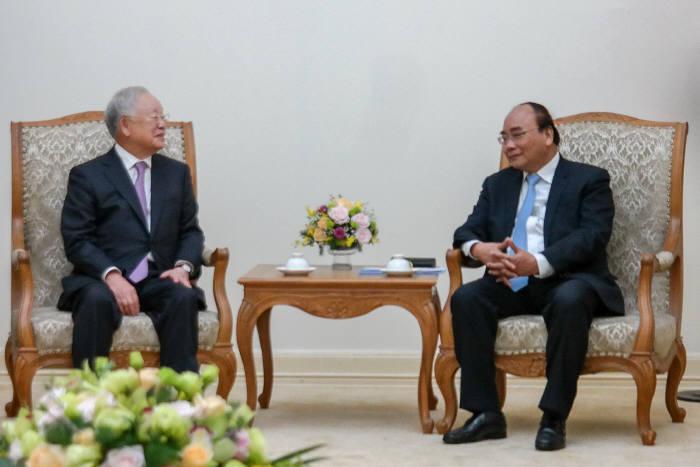 손경식 CJ그룹 회장(왼쪽)과 응우엔 쑤언 푹(Nguyen Xuan Phuc) 베트남 수상이 환담을 나눴다.