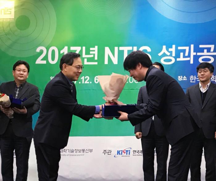 지난 6일 서울 한국과학기술회관에서 열린 '2017 NTIS 성과보고회'에서 송준호 한국환경산업기술원 국가환경정보센터장(오른쪽)이 강건기 과학기술정보통신부 성과평가정책국장으로부터 NTIS 데이터 품질평가 우수상을 수상했다. [자료:한국환경산업기술원]