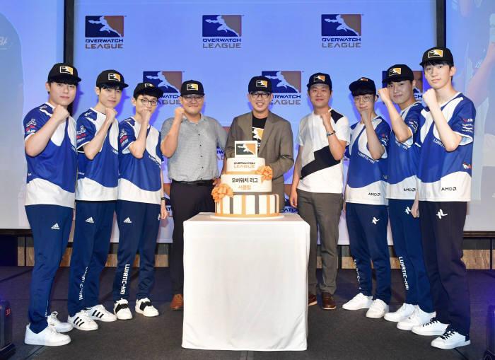 오버워치 서울 다이너스팀 선수와 코치진이 케빈 추 대표(가운데)와 함께 화이팅을 외치고 있다. 사진제공=블리자드