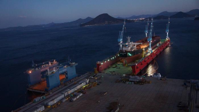 수리를 위해 '삼강에스앤씨'에 입항해 있는 선박 모습. 사진 왼쪽은 삼성물산 케이슨 도크, 오른쪽 폴라리스해운 260K 벌크선