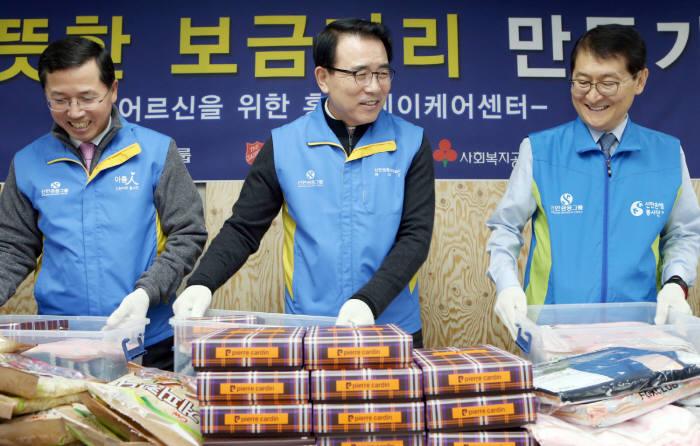 조용병 회장(가운데)과 위성호 신한은행장(오른쪽), 임영진 신한카드 사장(왼쪽)이 어르신들에게 나눠줄 방한키트를 제작했다.