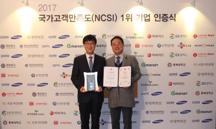 재훈 영남이공대 총장(왼쪽)과 송현직 영남이공대학교 산학협력단장(오른쪽)이 기념촬영을 하고 있다