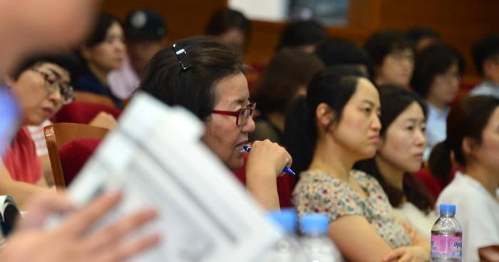 전자신문과 교육학술정보원이 주최한 설명회에서 학부모들이 SW특기자 전형에 대해 설명하고 있다.