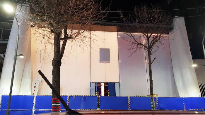 서울 강남구 가로수길에 위치한 애플스토어 1호점 공사현장. 건물 정면 외벽에는 큼지막한 애플 로고가 부착돼 있다.