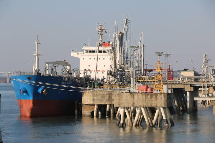 PX 선적 작업중인 선박. [자료:SK이노베이션]