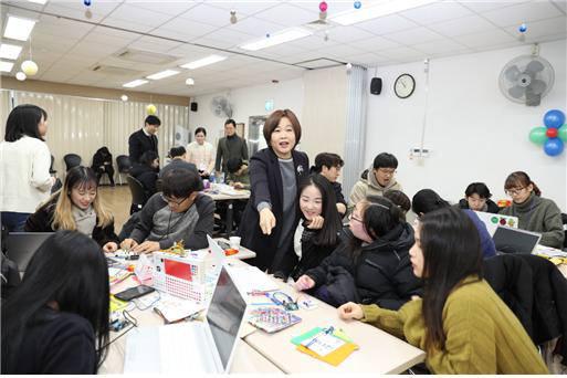 송희경 의원이 청가장애 학생과 함께 SW교육을 체험하고 있다.