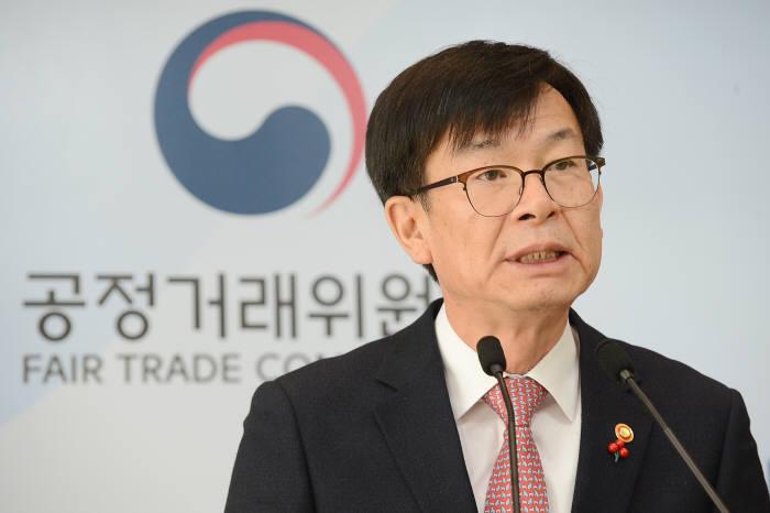 김상조 공정거래위원장이 정부세종청사에서 '합병 관련 신규 순환출자 금지 제도 법 집행 가이드라인' 관련 브리핑을 하고 있다.