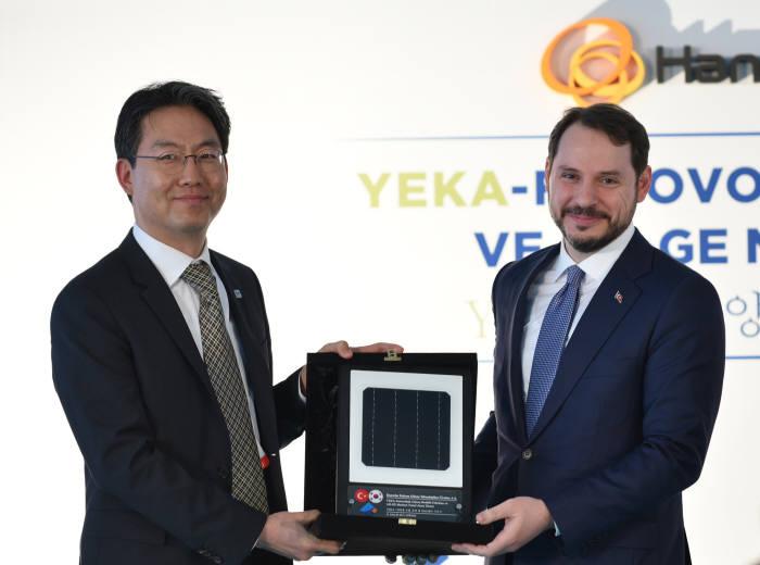 신호우 한화큐셀 터키법인장(왼쪽)이 베라트 알바이락 터키 에너지부 장관에게 태양광셀을 증정했다. [자료:한화큐셀]
