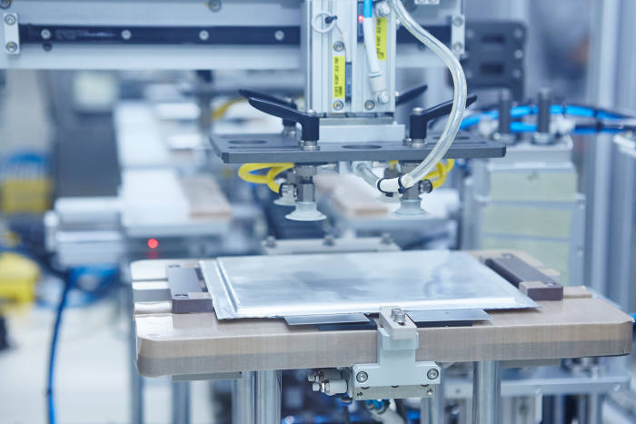 SK이노베이션 배터리 공장에서 배터리 셀을 생산하는 모습. <전자신문DB>