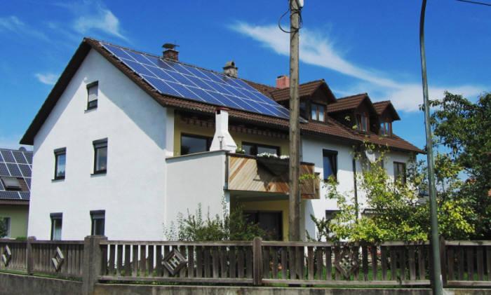태양광모듈이 설치된 해외 주택 모습. <사진 한화큐셀>