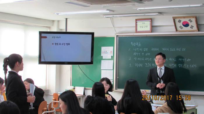 충암중학교 학생들이 SW교육 수업을 하고 있다.