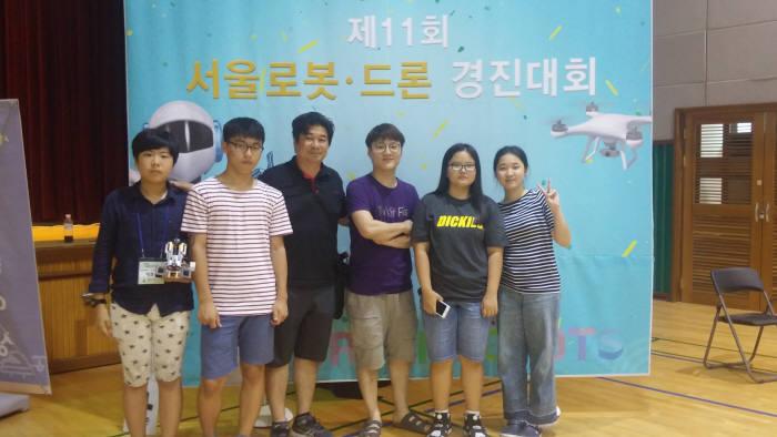 충암중학교 학생들이 서울 로봇 드론 경진대회에서 참여하고 기념촬영을 하고 있다.