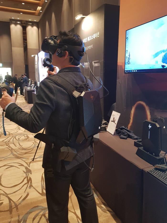HP 'Z VR 백팩'을 착용한 모습. HTC 바이브 HMD와 호환 가능하다. 우측처럼 'Z VR 백팩' 본체 엔진을 따로 분리해 PC로도 사용 가능하다.