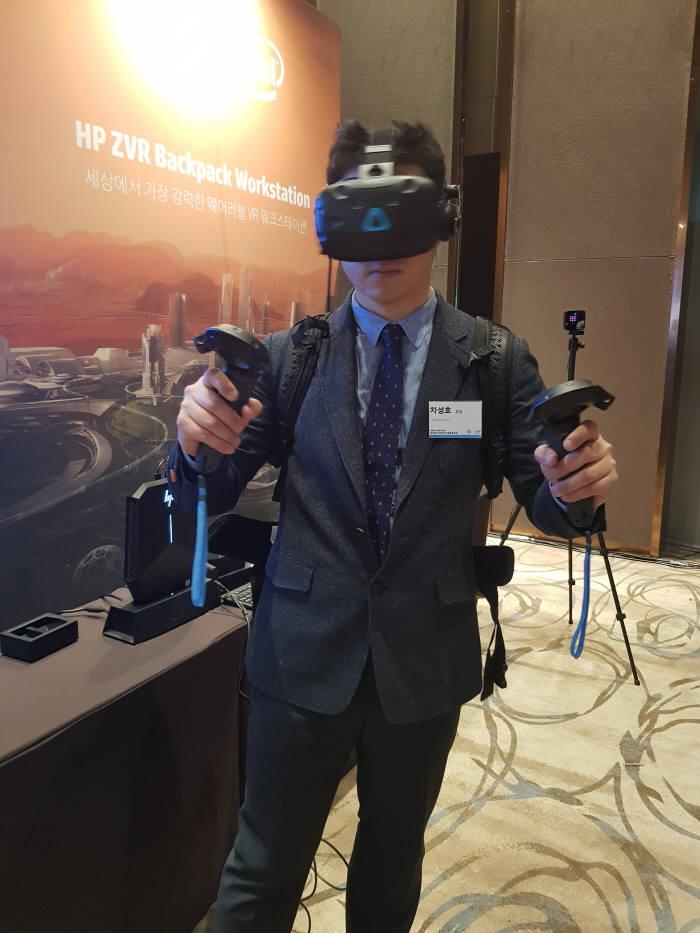 HP Z VR 백팩과 HTC 바이브 HMD를 함께 착용한 모습