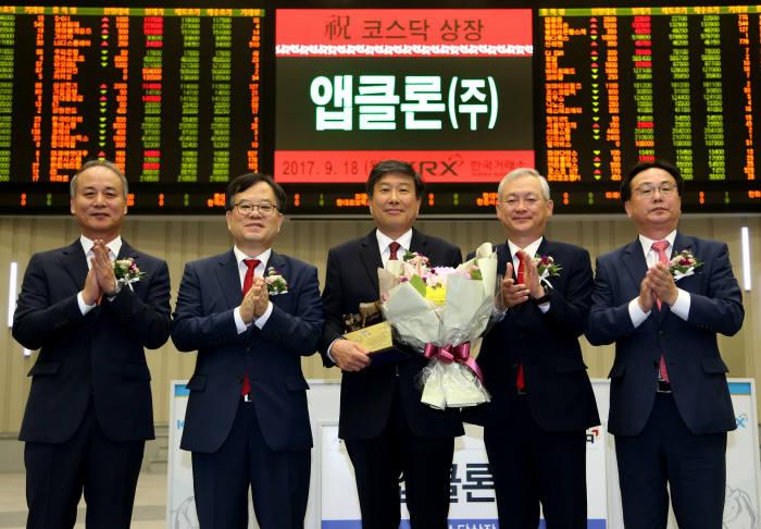 지난 9월 18일 한국거래소 서울사무소에서 열린 항체의약품 개발 및 제조업체인 앱클론 코스닥시장 신규상장기념식 모습. 사진 가운데 이종서 앱클론 대표