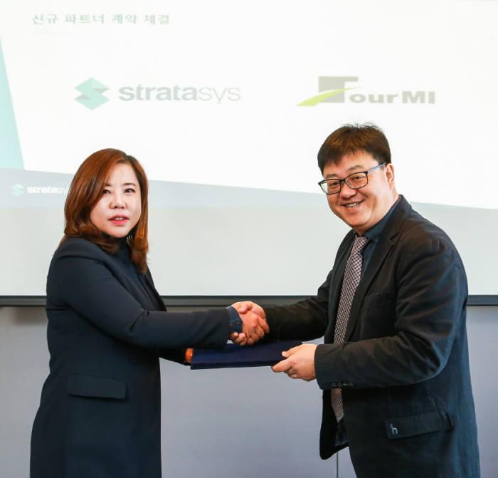 스트라타시스와 포엠아이가 파트너 계약을 체결했다고 27일 밝혔다. 왼쪽부터 황혜영 스트라시스 한국 지사장과 조의찬 포엠아이 대표가 기념 촬영을 하고 있다.
