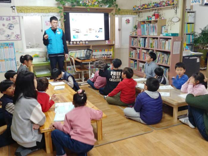KRX 대학생 해피누리 봉사단 학생이 지난 11월 전주에 위치한 지역아동센터에서 학생을 대상으로 기초 금융교육 및 학습 멘토링을 진행하고 있다.
