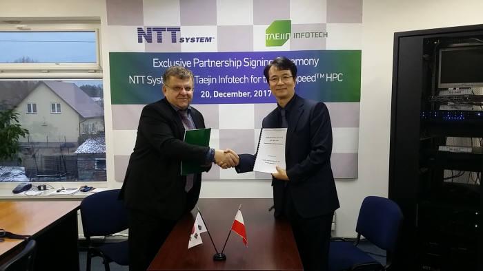 20일(현지시간) 폴란드 바르샤바에서 태진인포텍이 NTT시스템과 HPC 서버 공급을 위한 총판 계약을 체결했다. 조병철 태진인포텍 대표(오른쪽)와 타데쉬쿠렉(Tadeusz Kurek) NTT시스템즈 회장(왼쪽)이 악수를 나누고 있다.