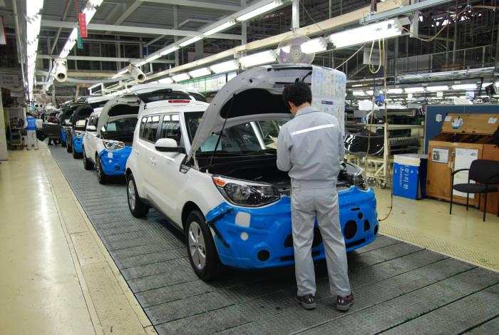 기아차 광주공장 생산라인 모습.