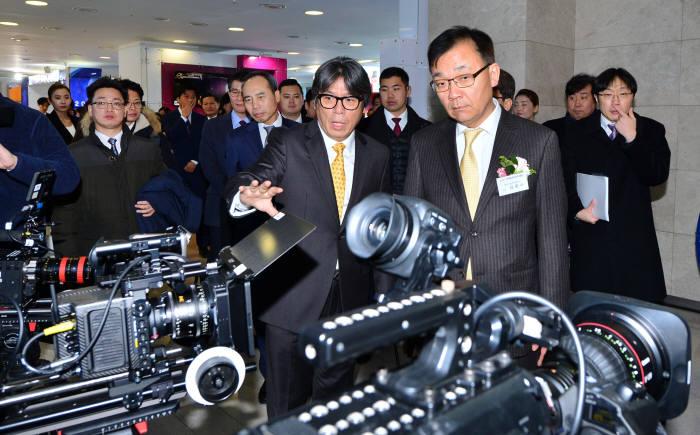 김용수 과학기술정보통신부 제2차관이 12일 오전 서울 마포구 SBS프리즘타워에서 열린 '2017 차세대 미디어대전'에서 4K UHD 촬영장비를 둘러보고 있다.