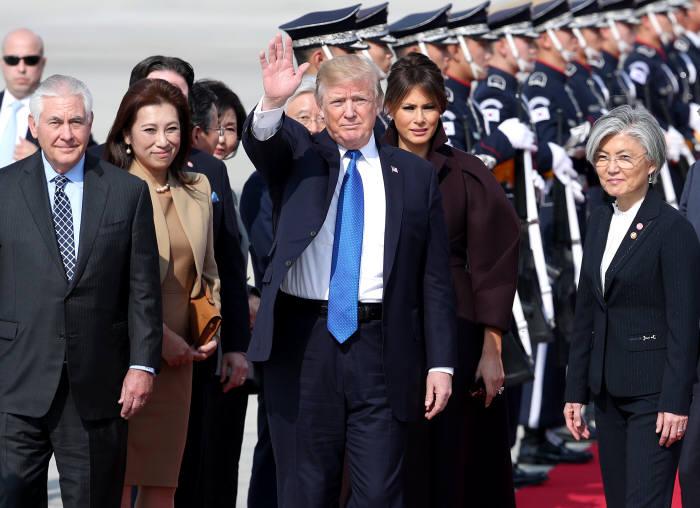 도널드 트럼프 미국 대통령의 '미국 우선주의'에 입각한 보호무역주의와 제조업 투자 정책 등은 세계 경제에 영향을 미치고 있다.