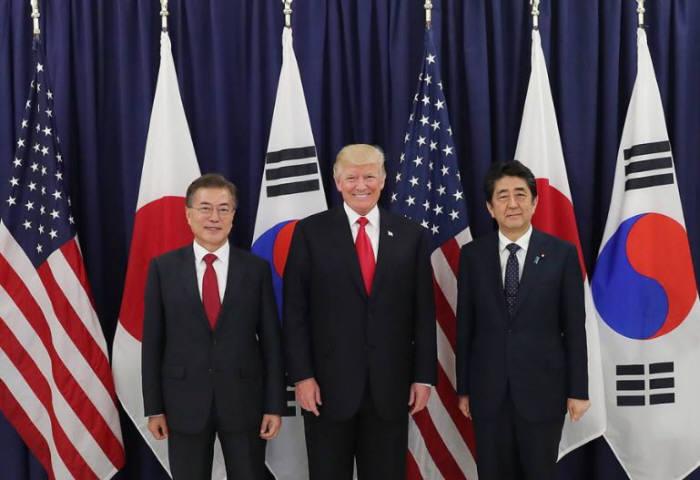 문재인 대통령, 도널드 트럼프 미국 대통령, 아베 신조 일본 총리