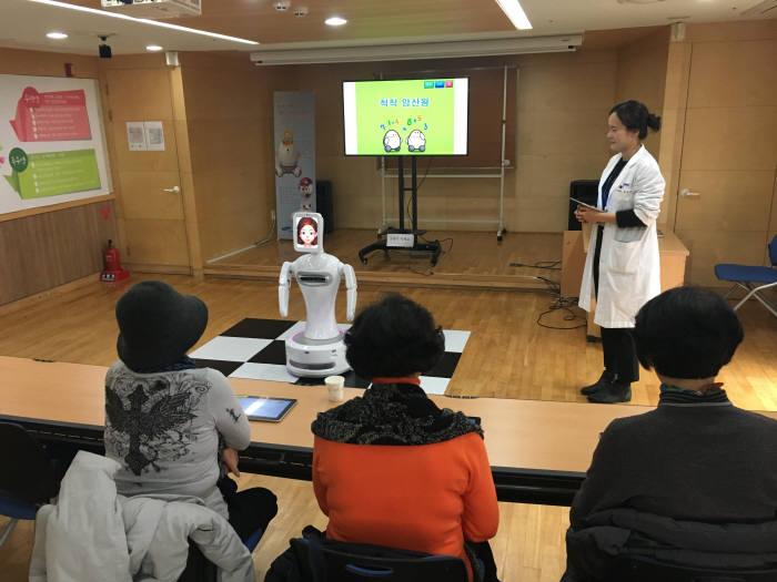 강남구치매지원센터에서 로봇 '실벗'을 이용한 치매예방 교육이 진행되고 있다.