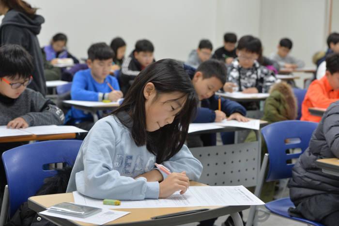 지난해 12월 서울교대에서 열린 '제2회 SW사고력 올림피아드'에 참가한 학생들이 문제를 풀고 있다. 전자신문 DB