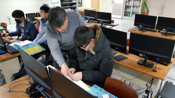 강근호 오산고 교사가 학생들을 지도하고 있다. 오산고 제공