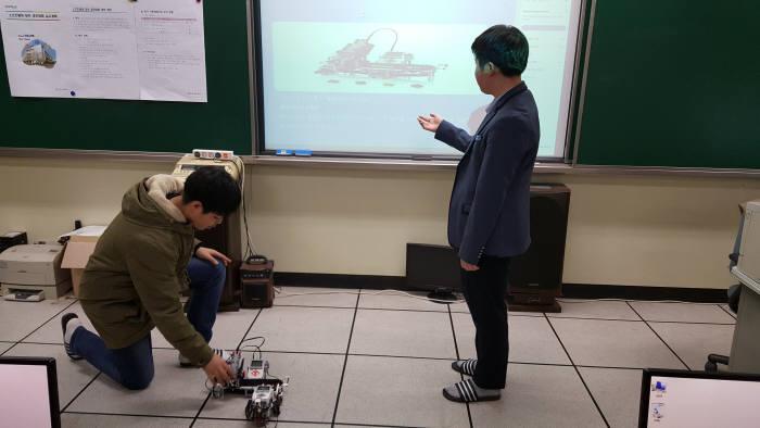 오산고 학생들이 직접 만든 SW작품을 소개하고 있다. 오산고 제공