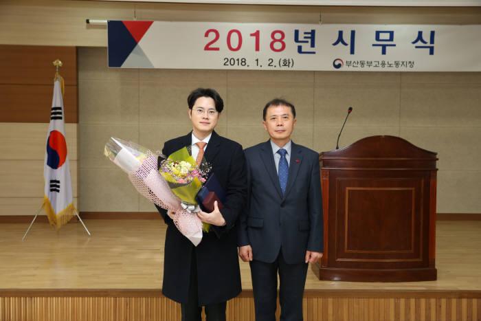 박용진 오토닉스 대표(왼쪽)와 김옥진 부산동부고용노동지청장.