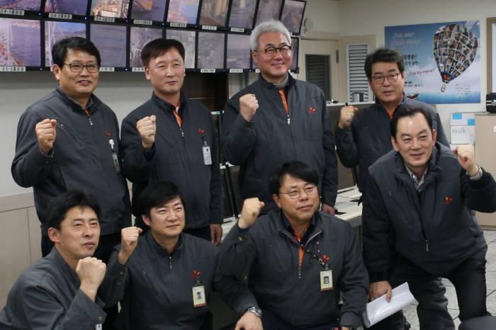 김준 SK이노베이션 사장(뒷줄 왼쪽 세번째)이 울산CLX 수출부두 조종실 방문해 직원들과 파이팅 포즈를 취하고 기념촬영했다. [자료:SK이노베이션]