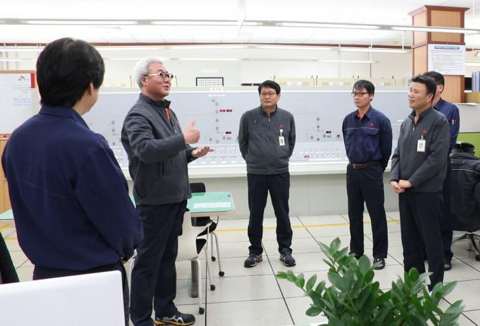 1일 울산CLX 동력공장 조정실을 방문한 김준 SK이노베이션 사장(왼쪽 두번째)이 직원들을 격려했다. [자료:SK이노베이션]