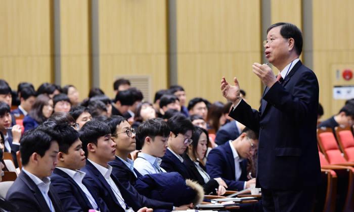 박진수 부회장이 경기도 이천 LG인화원에서 LG화학 신입사원들을 대상으로 강연했다. [자료:LG화학]