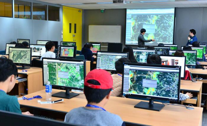 지난해 전자신문이 주최한 '2017 제2회 드림업 브이월드 공간정보 아카데미'에 참여한 학생들이 공간정보를 이용한 다양한 소프트웨어(SW) 제작을 실습하고 있다. 전자신문DB
