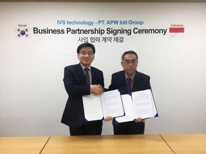 배영훈 아이브스테크놀러지 대표(왼쪽)와 APW Intl Group 대표가 사업협력을 체결했다.(자료:아이브스테크놀러지)