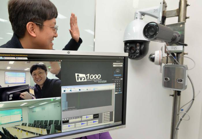 아이브스테크놀러지 연구원이 지능형 영상·음원 분석 SW를 시연하고 있다. 박지호기자 jihopress@etnews.com
